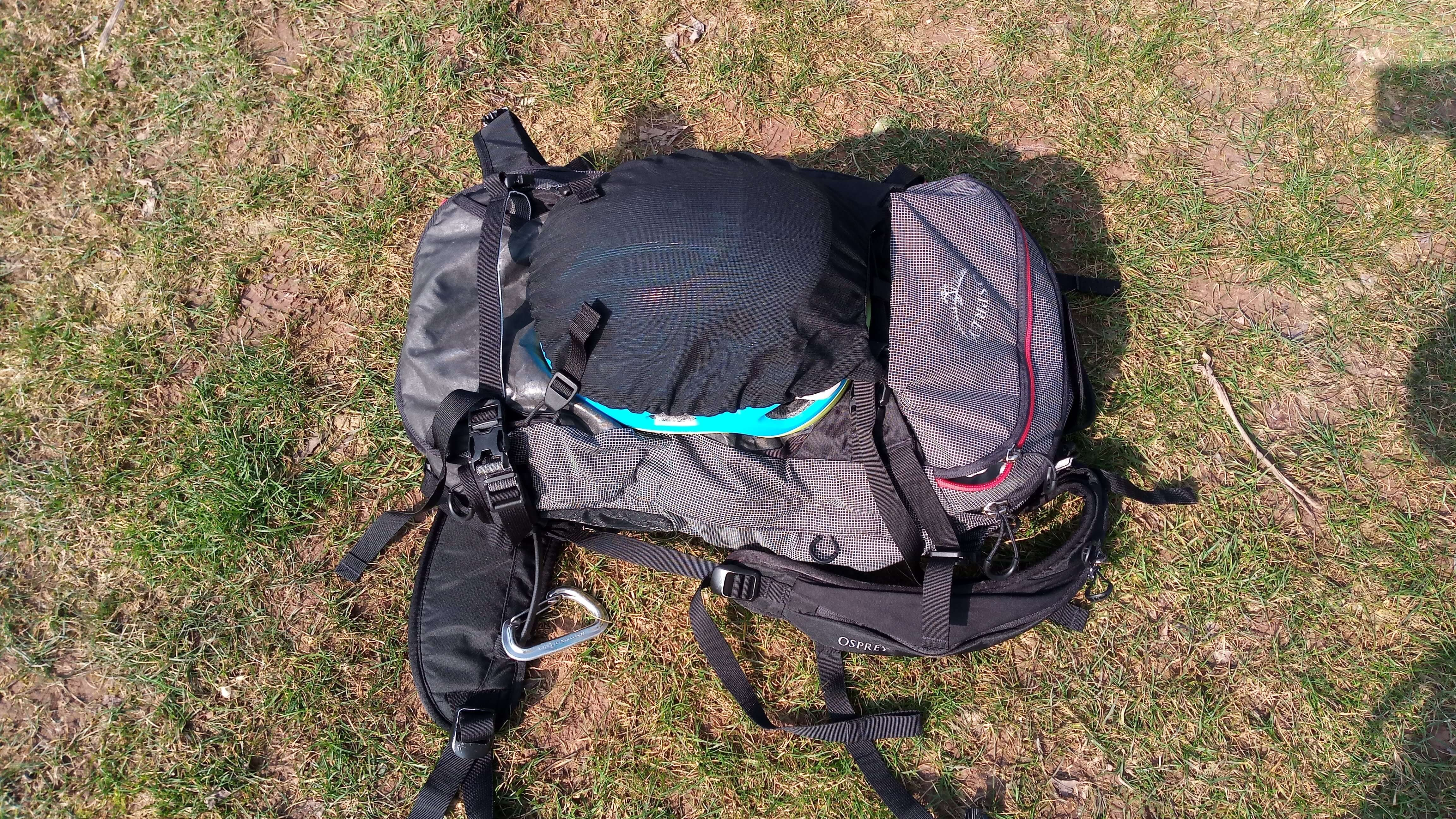 Jedno ze dvou uložení přilby do síťky na batohu Osprey Soelden PRO 32