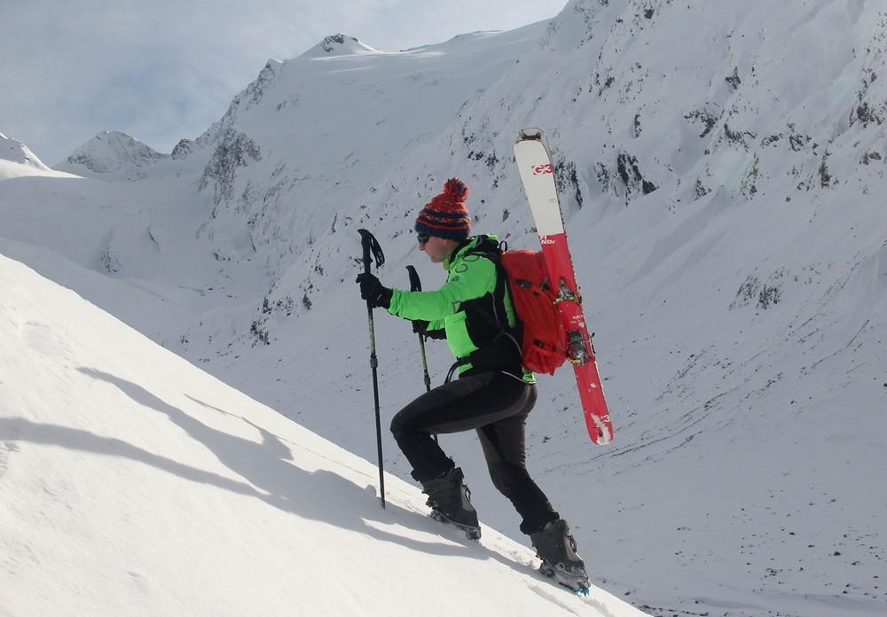 Diagonální nesení lyží na batohu Lowe Alpine Descent 35