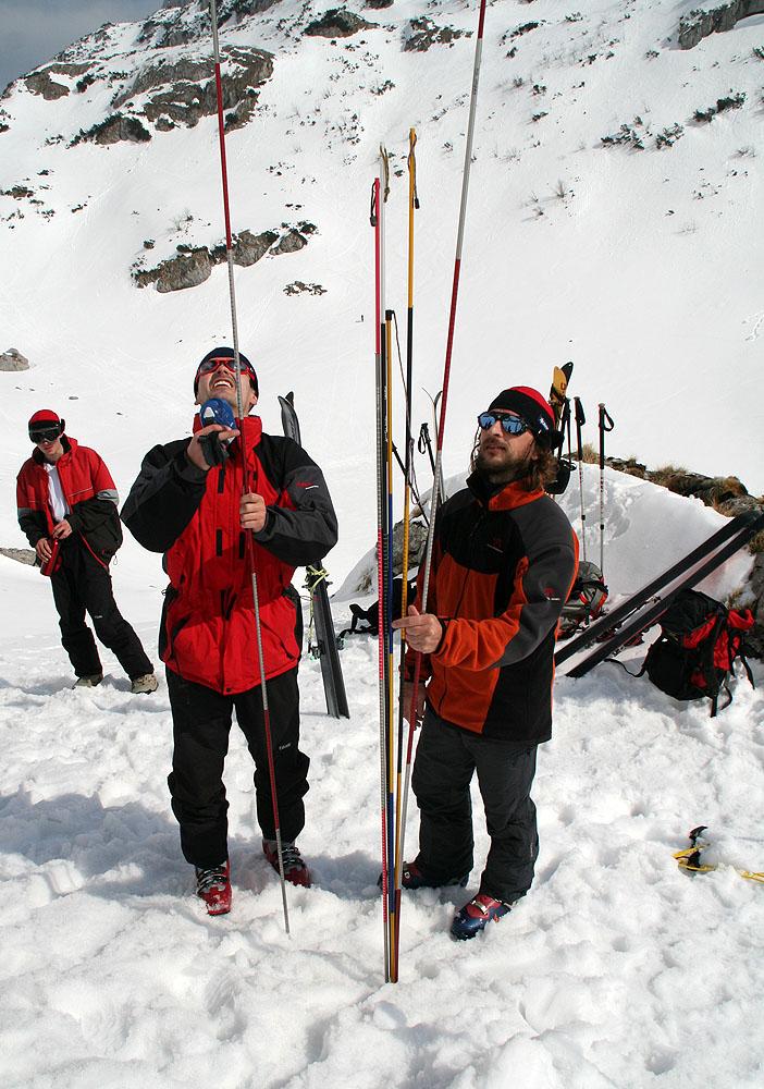 Rozebrat lavinové sondy a nastoupit s nimi k hledání v laviništi