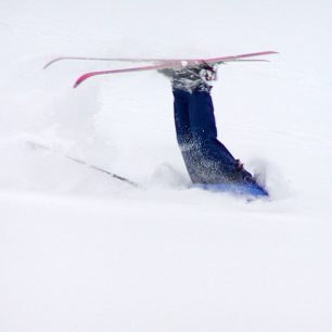 Ukázková pádová technika se zbržděním zaražením poloviny těla do sněhu. Foto Michal Bartošek