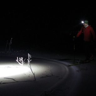 S čelovkou Led Lenser XEO 019R na pláních v okolí Chaty pod Chlebom