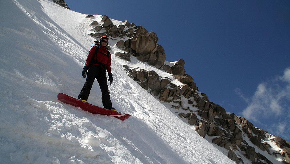Na snowboardu ve žlabu z Takht-e-Soleiman (4659 m)
