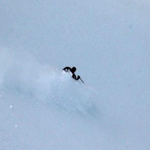 Lyžař téměř ztracen ve zvednutém sněhu, aneb Japonsko v Makedonii