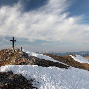 Západním směrem od vrcholu sníh chyběl