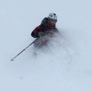 Vítr byl takový, že padající sníh létal vodorovně